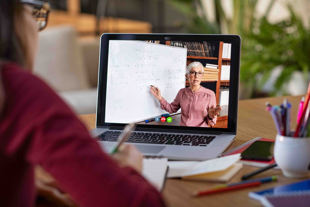 4 أشياء يجب أن تأخذها بعين الاعتبار عند توطين التعلم الإلكتروني